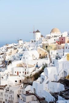 Grecka wioska na santorini wyspie przy wschodem słońca