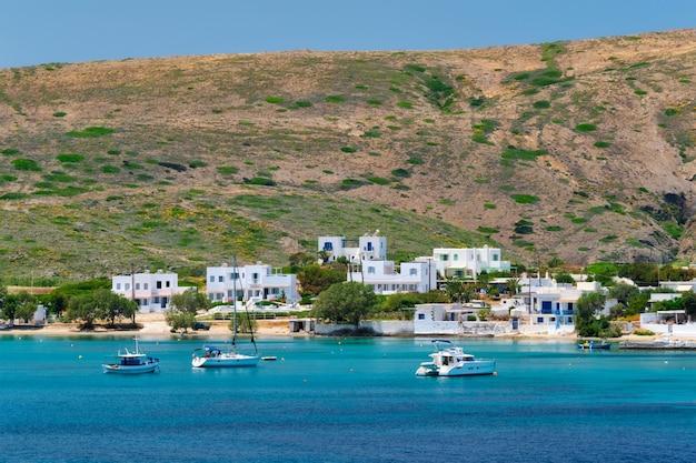 Grecka wioska rybacka z tradycyjnymi bielonymi białymi domami na wyspie milos
