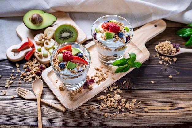 Grecki jogurt ze świeżymi owocami dla zdrowego menu