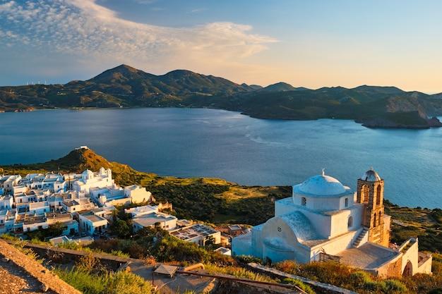 Grecki kościół prawosławny w miejscowości plaka na wyspie milos o zachodzie słońca w grecji