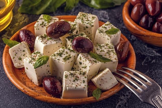 Grecki ser feta z oregano i oliwkami