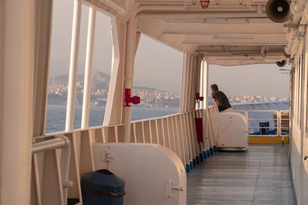Grecki wyspy linii brzegowej widok od ferryboat w morzu śródziemnomorskim