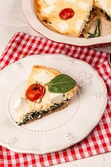 Greckie ciasto spanakopita ze szpinakiem i serem