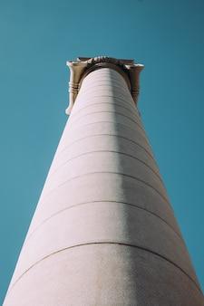 Greckie kolumny na tle nieba.