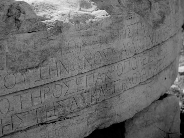 Greckie litery na starożytne ruiny w atenach w grecji