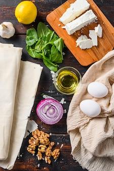 Greckie składniki spanakopita, filo, szpinak, jajka i feta