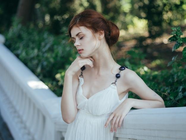Greczynka biała sukienka parki mitologia pozowanie