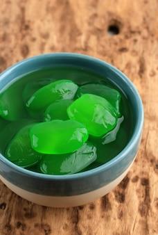 Green manisan kolang-kaling (zakonserwowany owoc palmy cukrowej). podawane w wysokiej szklance. ten deser to typowe indonezyjskie orzeźwienie oraz podczas ramadanu i idul fitri lub hari raya.