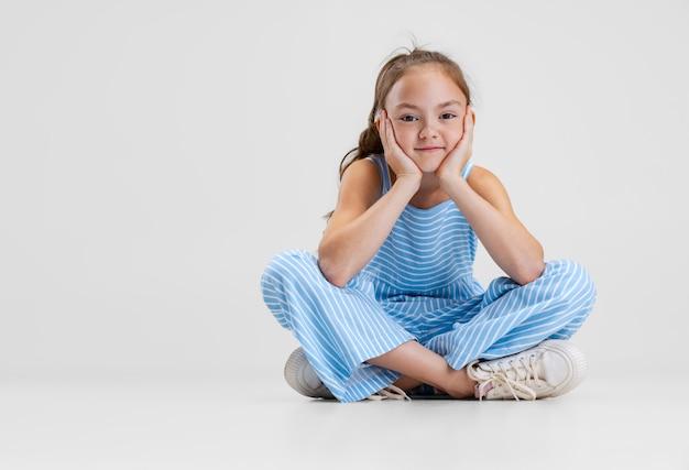 Gremace, dobra zabawa. kaukaski dziewczynka na białym tle na białym tle studio. szczęśliwe dzieciństwo