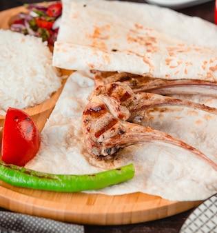 Grill do kości z lawendą, ostrą zieloną papryką i pomidorem.