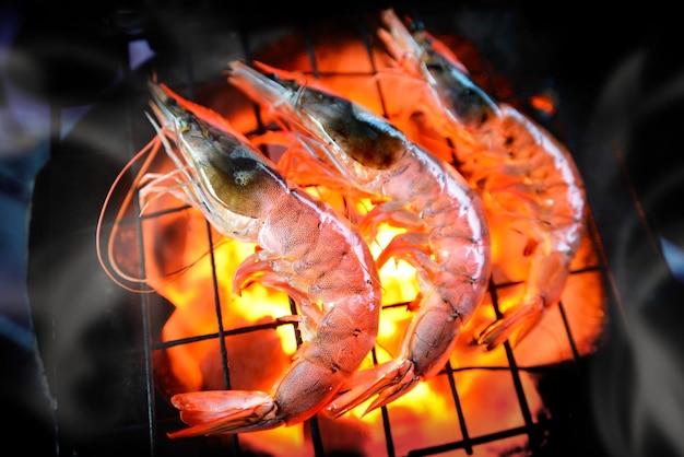 Grill krewetki z gorącym ogniem z pieca na węgiel drzewny.
