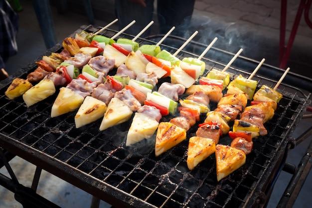 Grill na grilla. uliczny jedzenie w tajlandia. posiłek i łatwe jedzenie.