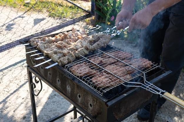 Grill na grillu. gotowanie mięsa na grillu.