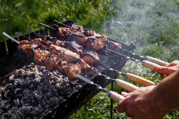 Grill na ruszcie do grillowania w lesie iglastym.