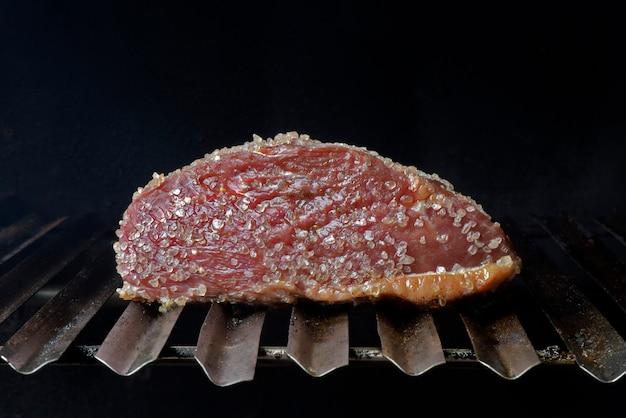 Grill picanha, brazylijski ekskluzywny kort mięsny, na grillu