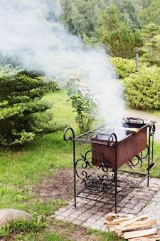 Grill w ogrodzie latem