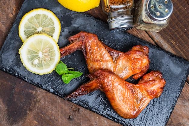 Grill z kurczaka na stole