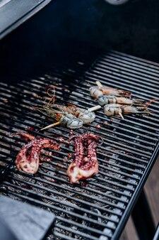Grill z owocami morza. kolekcja ośmiornic i krewetek tygrysich grillowanych na grillu