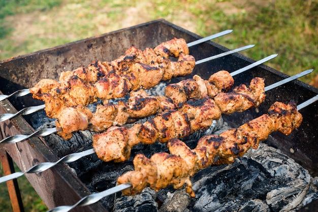 Grill z pysznym grillowanym mięsem na grillu. weekend przy grillu. selektywne ustawianie ostrości.