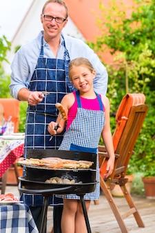 Grill z rodziną w ogrodzie