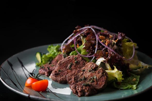 Grillades z warzywami na czarnym tle