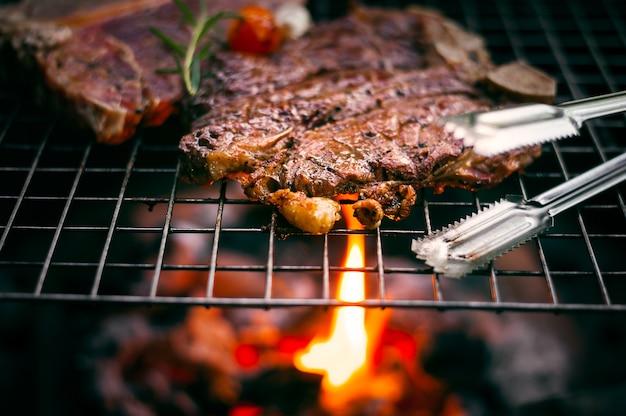 Grilling t bone steak na płonącym grillu