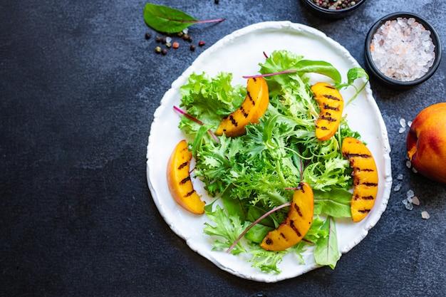 Grillowana brzoskwinia sałata liście sałaty mix składnik nektarynki