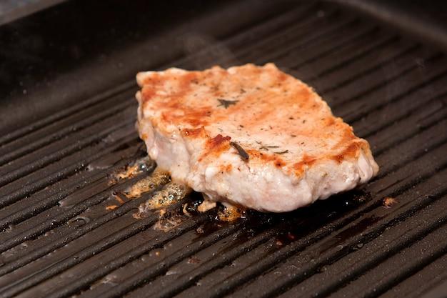 Grillowana cielęcina grillowany stek, grillowane mięso z grilla.
