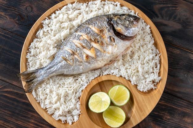 Grillowana dorada w stylu azjatyckim przyozdobiona białym ryżem