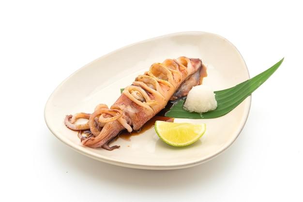 Grillowana kałamarnica z sosem teriyaki na białym tle