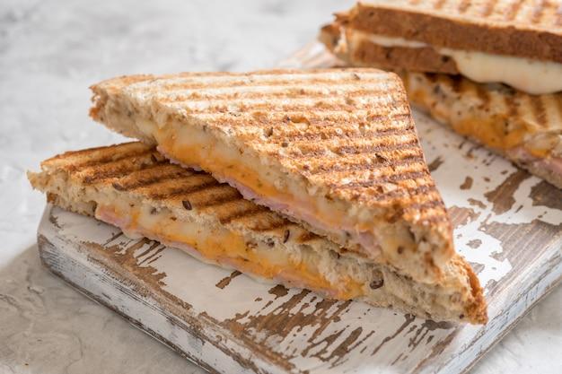Grillowana kanapka z serem i szynką