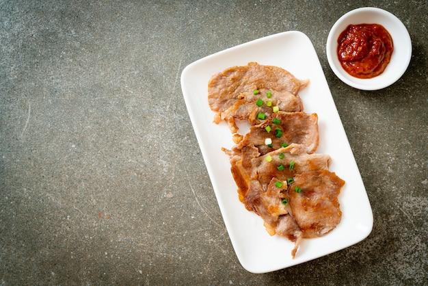Grillowana karkówka pokrojona na talerzu w stylu azjatyckim