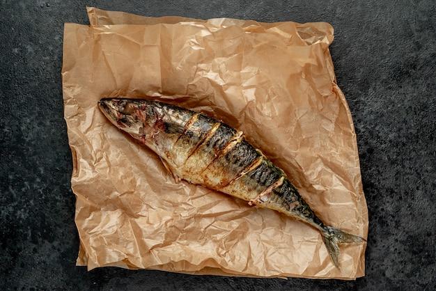 Grillowana makrela na kamiennym tle