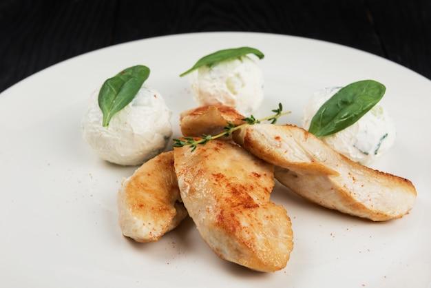 Grillowana pierś kurczaka z mozzarellą.