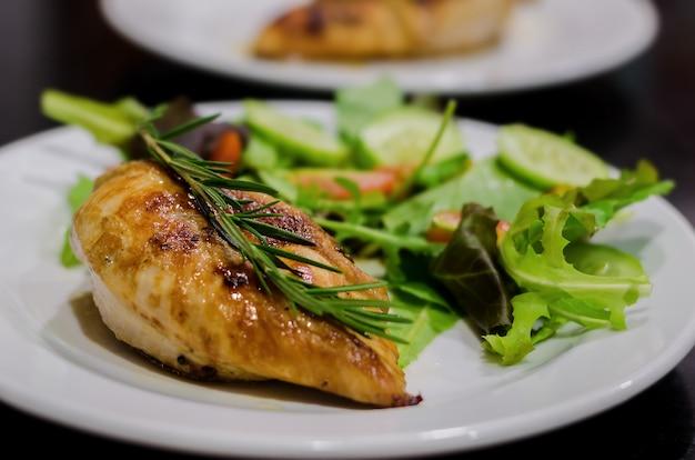Grillowana pierś kurczaka z sałatką