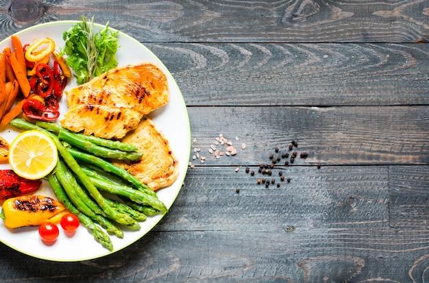Grillowana pierś kurczaka ze świeżymi warzywami