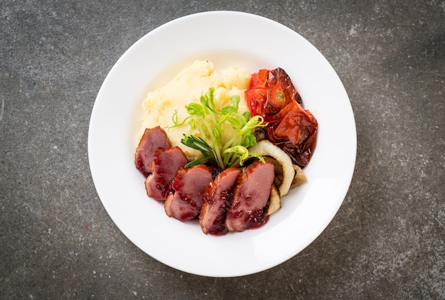 Grillowana pierś z kaczki z sosem