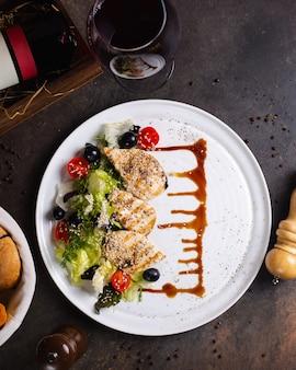 Grillowana pierś z kurczaka podawana z sałatką warzywną, oliwkami i lampką wina