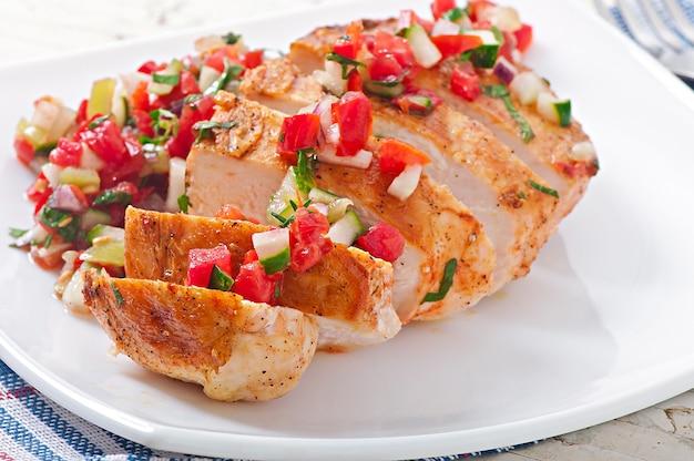 Grillowana pierś z kurczaka ze świeżą salsą pomidorową