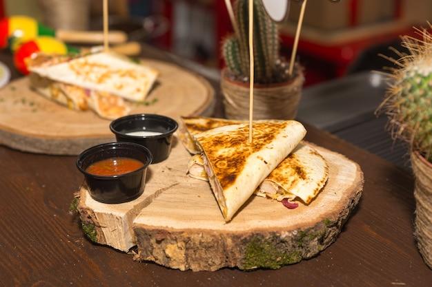 Grillowana quesadilla podana z sosami maczanymi