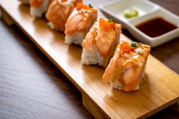 Grillowana rolka sushi z łososia z sosem