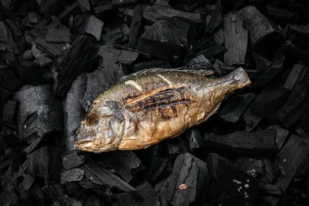 Grillowana ryba dorada na węglach