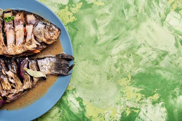 Grillowana ryba na talerzu