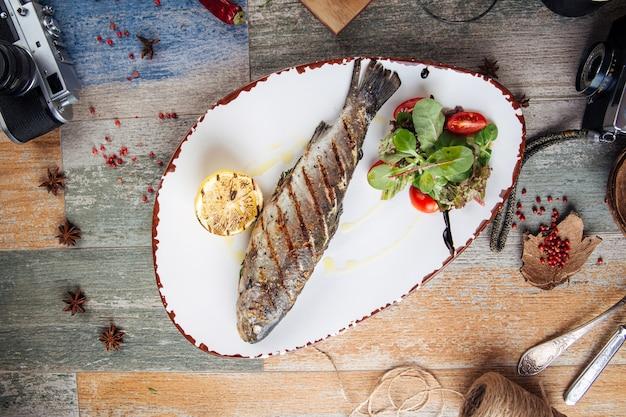 Grillowana ryba pstrągowa z sałatką i cytryną