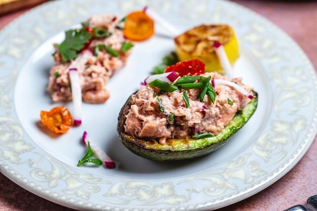 Grillowana rzodkiew sałatka z awokado tuńczyk ryba papryka