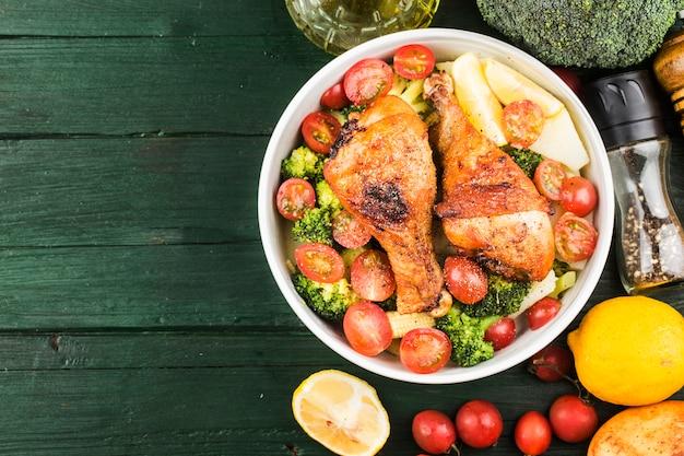 Grillowana udka z kurczaka z gotowanymi ziemniakami i warzywami