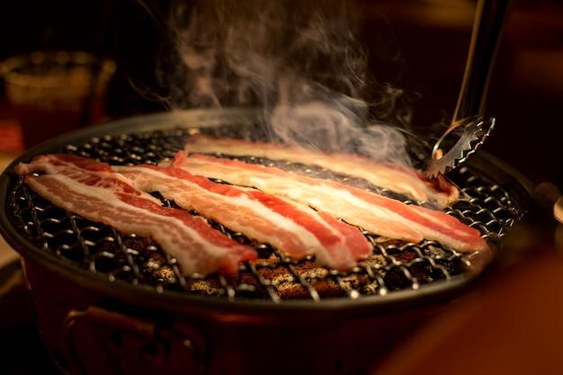 Grillowana wieprzowina lub wołowina z grilla na węgiel drzewny. gotowanie yakiniku po japońsku