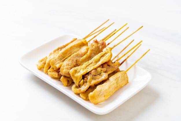 Grillowana wieprzowina podawana z sosami