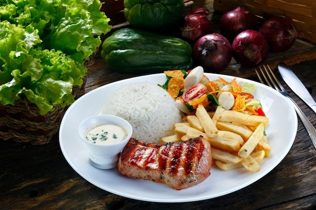 Grillowana wieprzowina z frytkami i warzywami