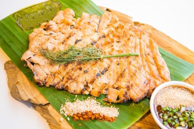 Grillowana wieprzowina z mięsa szyi z pikantnym sosem
